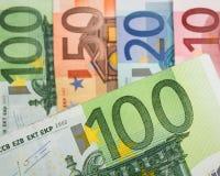 Ciérrese para arriba de billetes de banco euro con 100 euros en foco Imagen de archivo libre de regalías