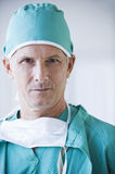 Ciérrese para arriba de doctor de sexo masculino serio Imagenes de archivo