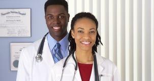 Ciérrese para arriba de doctores afroamericanos sonrientes Fotografía de archivo