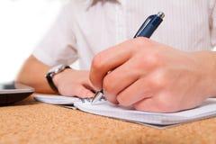 Ciérrese para arriba de la escritura de la mano del estudiante Imagen de archivo