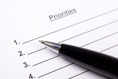 Ciérrese para arriba de la lista en blanco de prioridades y de pluma Foto de archivo