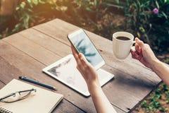 Ciérrese para arriba de la mano de la mujer que sostiene el teléfono con pedregal en blanco del espacio de la copia Fotos de archivo