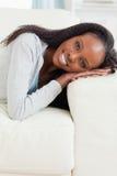Ciérrese para arriba de la mujer que miente en el sofá Imagen de archivo