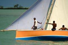 Ciérrese para arriba de la piragua navegada amarilla y blanca Fotografía de archivo libre de regalías
