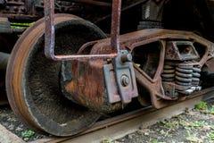 Ciérrese para arriba de la rueda y de la suspensión abandonadas de coche de tren Foto de archivo libre de regalías