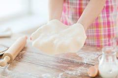 Ciérrese para arriba de las manos femeninas que sostienen la pasta de pan Imagenes de archivo