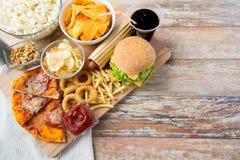 Ciérrese para arriba de los bocados de los alimentos de preparación rápida y beba en la tabla Fotografía de archivo