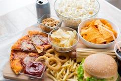 Ciérrese para arriba de los bocados de los alimentos de preparación rápida y beba en la tabla Imágenes de archivo libres de regalías