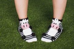 Ciérrese para arriba de los pies de la mujer que llevan calcetines divertidos con la cara sonriente feliz El tiempo del Año Nuevo Fotos de archivo libres de regalías