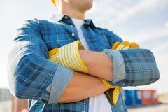 Ciérrese para arriba de manos cruzadas constructor en guantes Foto de archivo libre de regalías