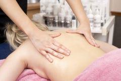 Ciérrese para arriba de masajista de sexo femenino con el cliente Fotos de archivo libres de regalías