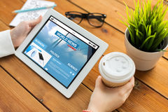 Ciérrese para arriba de mujer con noticias de mundo en la PC de la tableta Fotografía de archivo