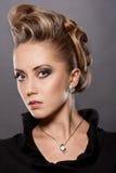 Ciérrese para arriba de mujer rubia con el peinado de la moda Imagenes de archivo