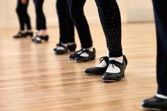 Ciérrese para arriba de pies en la clase de baile del golpecito de los niños Fotos de archivo