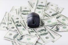 Ciérrese para arriba de ratón del ordenador y del dinero del efectivo del dólar Fotografía de archivo