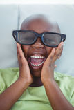 Ciérrese para arriba de un muchacho que lleva los vidrios 3d para un moive Fotos de archivo libres de regalías