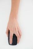 Ciérrese para arriba de una mano usando ratón del ordenador Imágenes de archivo libres de regalías