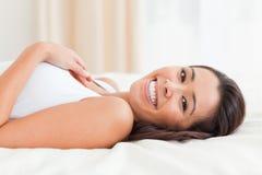 Ciérrese para arriba de una mujer encantadora que miente en cama Fotos de archivo