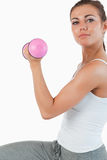 Ciérrese para arriba de una mujer que se resuelve con pesas de gimnasia Imagen de archivo