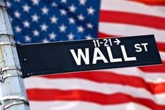 Ciérrese para arriba de una señal de dirección de Wall Street Imágenes de archivo libres de regalías