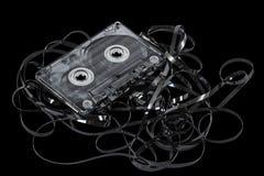Ciérrese para arriba del casete de cinta de audio del vintage, aislado en negro, con Fotos de archivo libres de regalías