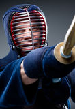 Ciérrese para arriba del entrenamiento del combatiente del kendo con shinai Foto de archivo