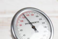 Ciérrese para arriba del indicador de la presión arterial Fotografía de archivo