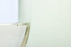 Ciérrese para arriba del vidrio con el vino blanco Imagen de archivo