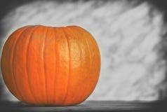 Ciérrese para arriba en la calabaza en el fondo de madera y oscuro, color selectivo Imagen de archivo