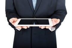 Ciérrese para arriba en las manos masculinas que sostienen la tableta digital Fotografía de archivo libre de regalías