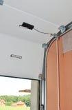 Ciérrese para arriba en mecanismo mecánico del abrelatas de la puerta del garaje Foto de archivo libre de regalías