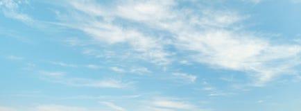 Cirri leggeri sul cielo blu-chiaro Fotografie Stock Libere da Diritti