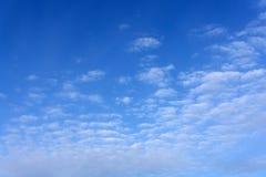 Cirro das nuvens que ocupa a parte superior do quadro e no fundo um céu da cor azul profunda, poa, sp, Brasil Foto de Stock