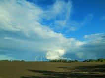 Cirro-estrato sobre um campo em Schleswig-Holstein fotos de stock