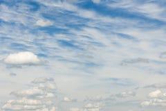 Cirrocumuli com bavaria 14 42 do leste PM das nuvens de cúmulo foto de stock