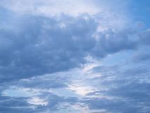 Cirrocumulus avec le 21h de nord de la Bavière de cumulus photographie stock libre de droits