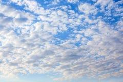 Cirrocumulusmoln i blå himmel Arkivfoton