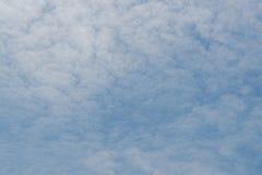 Cirrocumuluswolken im Himmel Stockbild