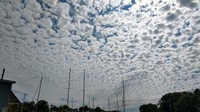 Cirrocumuluswolken im Südhafen, Michigan Stockfotografie