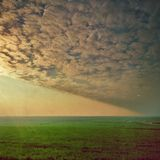 Cirrocumuluswolken in zonsonderganglicht royalty-vrije stock afbeelding