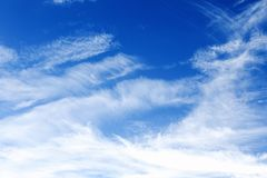 Cirrus σύννεφα ενάντια σε έναν μπλε ουρανό Στοκ φωτογραφίες με δικαίωμα ελεύθερης χρήσης