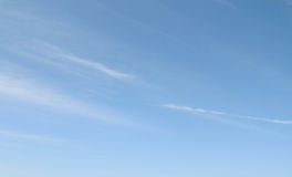 Cirrus σύννεφα ενάντια σε έναν μπλε ουρανό Στοκ φωτογραφία με δικαίωμα ελεύθερης χρήσης