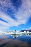 Cirrus σύννεφα και θεαματικά παγόβουνα Στοκ φωτογραφία με δικαίωμα ελεύθερης χρήσης