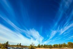 Cirrus σύννεφα και ισχυρός άνεμος Στοκ Εικόνες