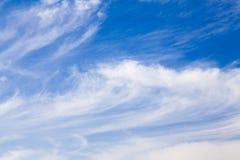 Cirrus σύννεφα ουρών φοράδων στο μπλε ουρανό Στοκ Εικόνες