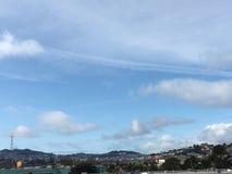 Cirrus σύννεφα πέρα από τις δίδυμες αιχμές του Σαν Φρανσίσκο ` s, με τον πύργο Sutro Στοκ εικόνα με δικαίωμα ελεύθερης χρήσης