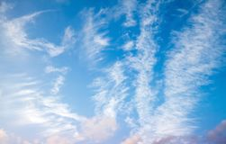 Cirrus σύννεφα στο μπλε ουρανό, υπόβαθρο Στοκ φωτογραφία με δικαίωμα ελεύθερης χρήσης