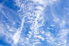 Cirrus σύννεφα στο μπλε ουρανό Στοκ φωτογραφία με δικαίωμα ελεύθερης χρήσης