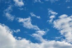 Cirrus blancs de cumulus et dans un ciel bleu clair photo stock