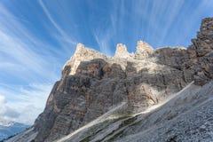 Cirrus in een blauwe hemel over Tofana Di Rozes bovenkant stock afbeeldingen